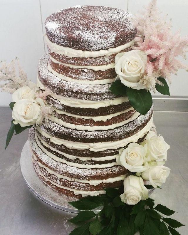 Tarta desnuda carrot cake con flores naturales de Floristería La Trastienda