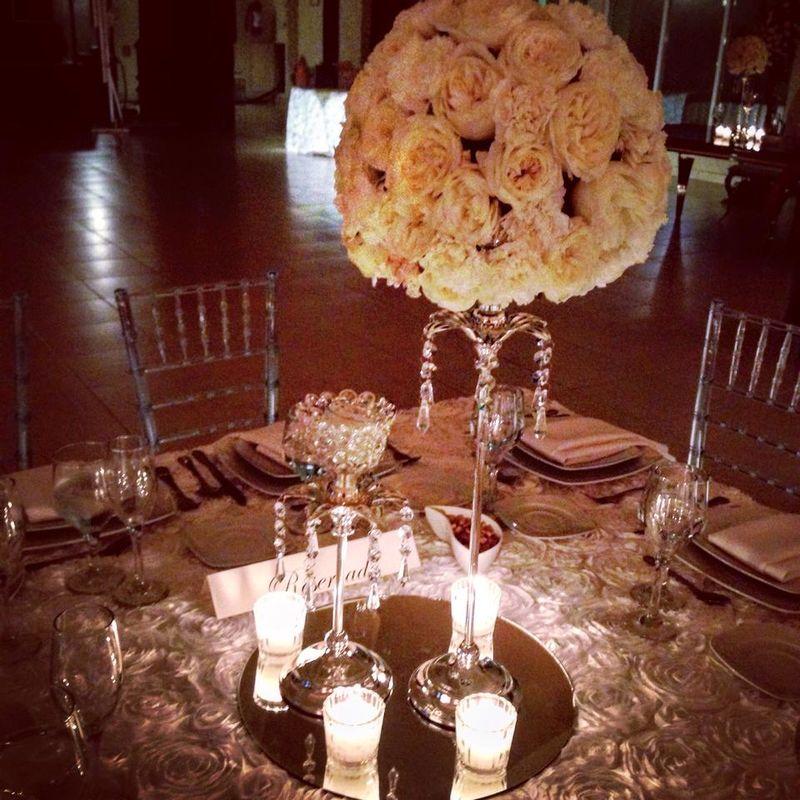 Estos lindos Candelabros de cristales con topiario de rosas y claveles ,  iluminados con velas adornaron una elegante Boda en el salón Casa Magna