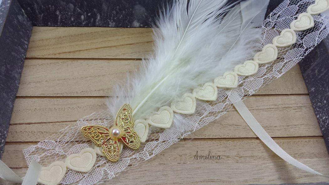 Amelina - Headband Aphrodite D'inspiration années folles ce superbe headband est composé de dentelle, d'un délicat papillon doré et de jolies plumes. Se noue par un ruban de satin assorti. Pièce unique