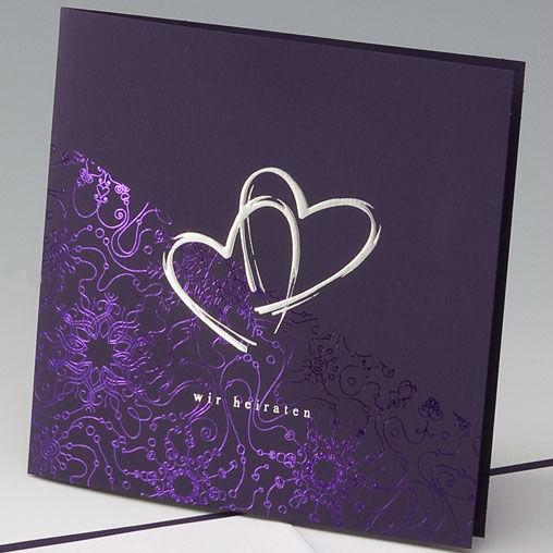 Beispiel: Hochzeitseinladung - silberne Herzen auf violett, Foto: Whitestore.at.