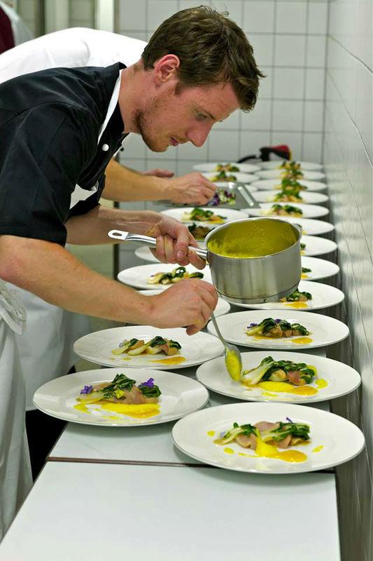 Beispiel: Zubereitung der Speisen, Foto: Waldhotel Stuttgart.