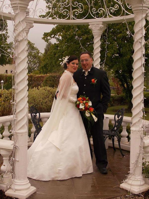 Beispiel: Brautpaar im Hof, Foto: Loveness - Hotel BERGERGUT.