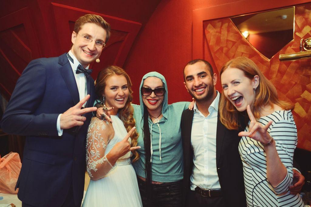 С Наргиз Закировой, молодожёнами и организатором свадьбы.
