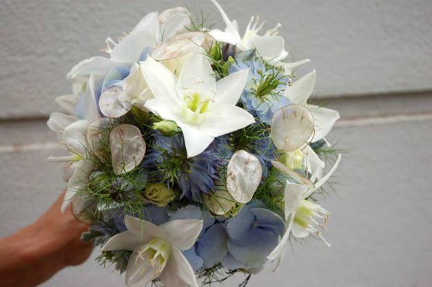 Beispiel: Brautstrauß mit weißen und blauen Blumen, Foto: Frau Rose Floristik.