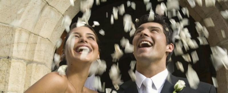 Video sposi durante uscita chiesa con lancio petali rosa