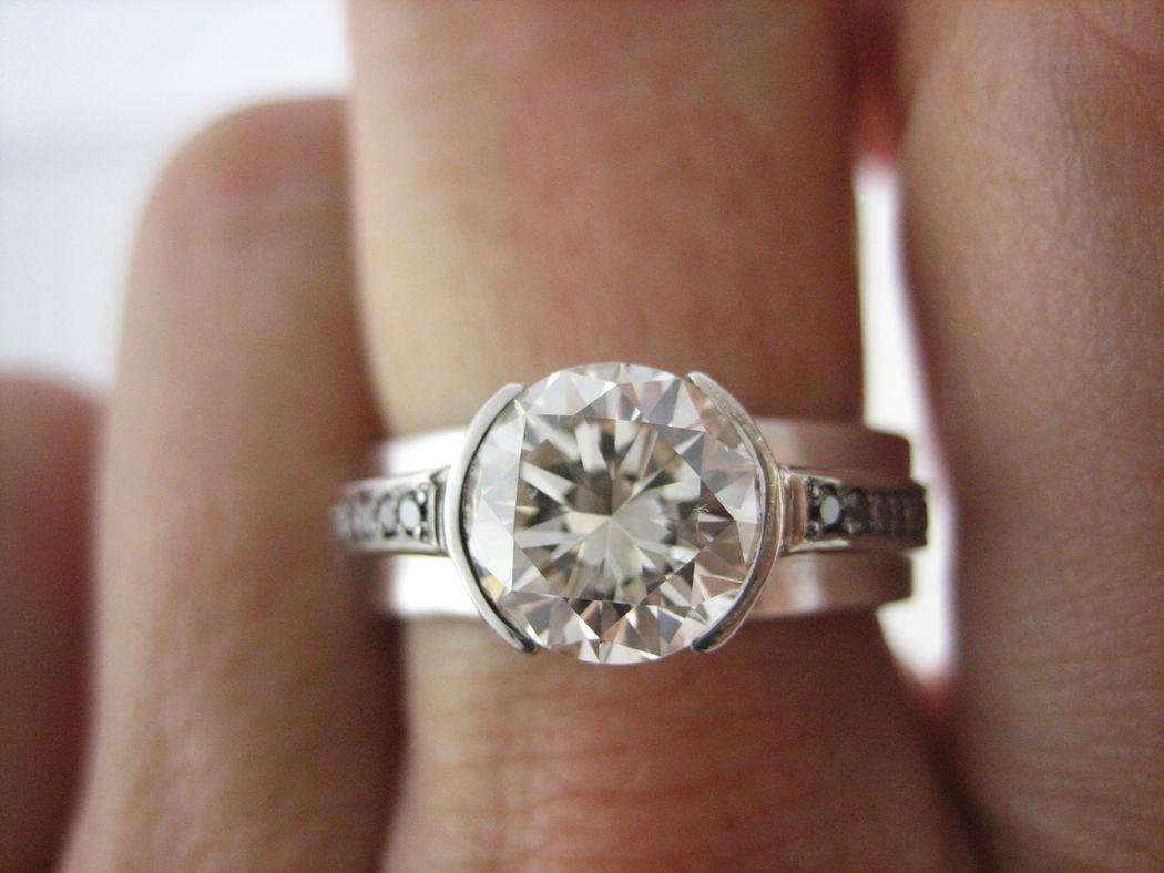 Tal vez tienes la suerte de heredar un diamante de familia... si es así pide cita y te diseñaré un anillo único.