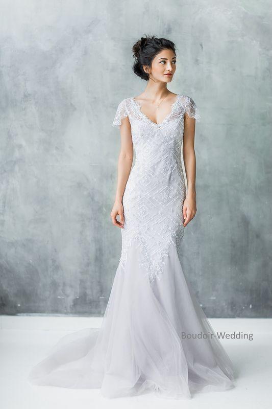 Пыльно-серого цвета платье с красивыми расшитыми кружевами выполнено в элегантном стиле. Свадебное платье Chante выгодно подчеркнет все достоинства фигуры невесты, придаст всему образу элегантный и роскошный вид. Легкое свадебное платье отличается оригинальным модным дизайном. Современное и стильное и в то же время нежное и утонченное, свадебное платье Chante создано для изысканных невест. Кружевная отделка платья удачно сочетается с силуэтом модели.