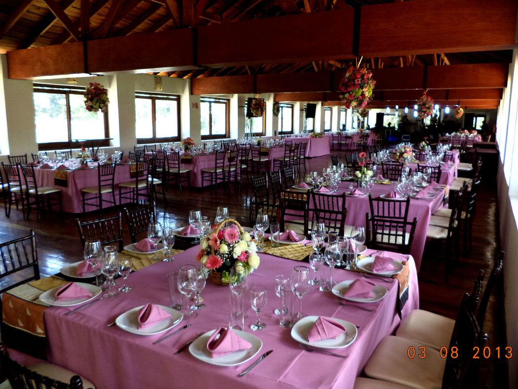 Mantel palo de rosa en salón principal encinos.