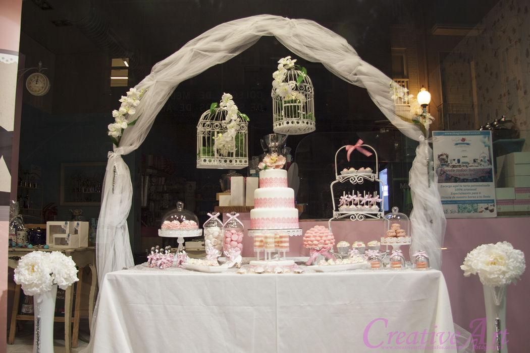 Mesa dulce con arco y decoración floral, colaboración especial Bambú floristas