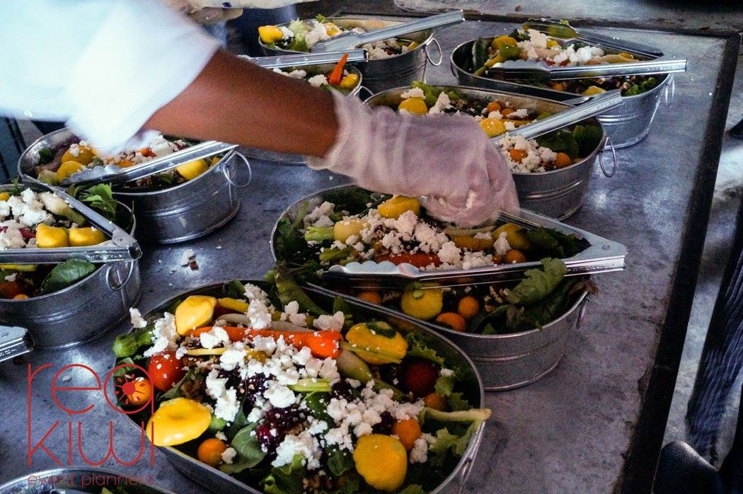 Ensalada de verduras órganicas, queso de cabra, nuez y arándanos.