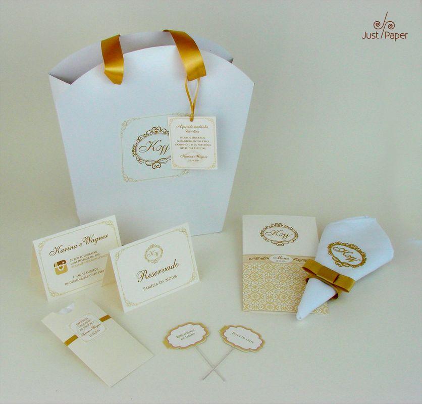 Conjunto de Acessórios: bolsa para lembrança, guardanapo bordado, menu duplo, placa de reservado, placa de instagram, embalagem para lágrimas de alegria e placas para doces.