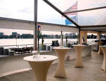 Beispiel: Terrasse mit Stehtischen, Foto: Alsterlounge.