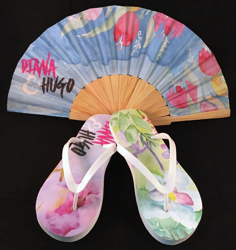 Paquete personalizado de abanico de madera y sandalias modelo Diana & Hugo.
