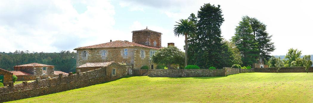 Panorámica del Pazo con la vieja torre y sus tierras de cultivo