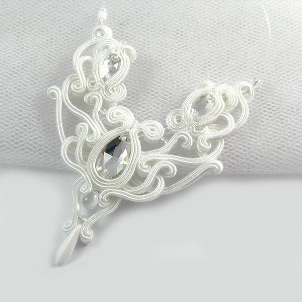 Małgorzata Sowa - PiLLow Design Serenity - delikatny, ażurowy naszyjnik ślubny w kolorze śnieżnej bieli, z kryształami Swarovski.