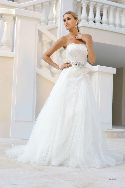Beispiel: Elegantes Brautkleid, Foto: Sanela Brautmoden.