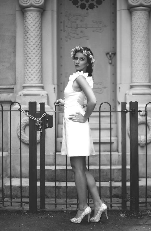 Robe de mariée courte avec encolure froufrou et dos dégagé