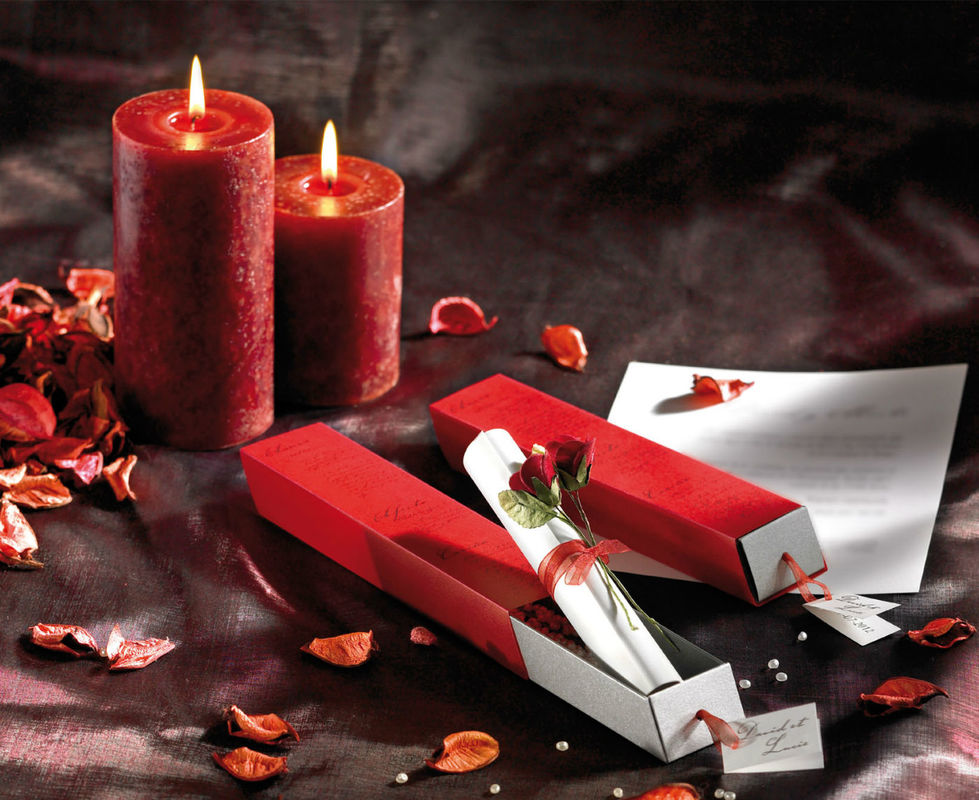 Faire-part mariage PASSION Poésie et passion se dégagent de ce faire part mariage Écrin de bonheur Passion. Il est composé d'un fourreau de papier calque rouge épais avec une impression en noir d'un poème, mais vous avez également la possibilité d'imprimer un autre texte, vos prénoms ou vos initiales. L'étui est façonné avec un papier irisé métallique acier. Une étiquette personnalisée avec les prénoms est accrochée à un cordon d'organza rouge pour faciliter l'ouverture. A l'intérieur, un feuillet de personnalisation en papier nacré blanc est roulé façon parchemin est entouré d'un ruban d'organza rouge assorti.