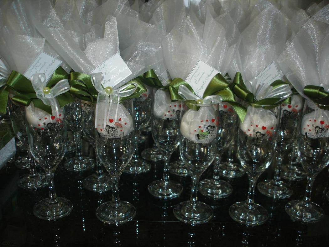 taças com amêndoas para os convidados.