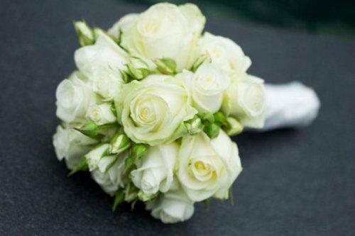 Beispiel: Klassischer Brautstrauß mit Rosen, Foto: Stiel und Blüte.