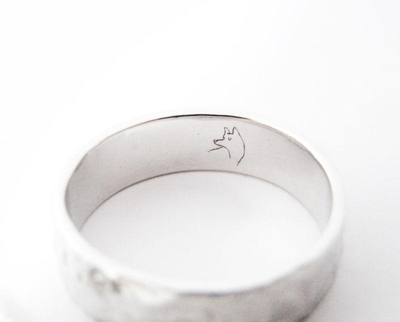 MIOeTUO - anelli in oro bianco, effetto battuto e incisione interna
