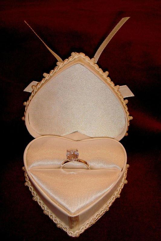 Beispiel: Einmalige Ringkästchen, Foto: Der Brautladen Accessoires.