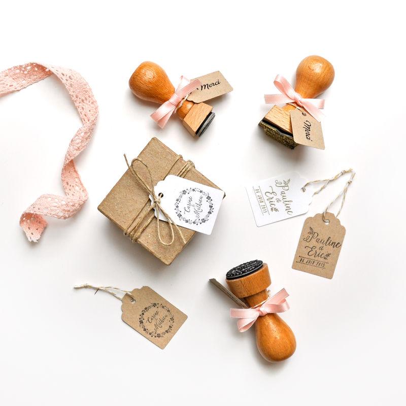 Personnalisez les cadeaux pour vos invités avec un tampon encreur (modèles disponibles chez Print Your Love)