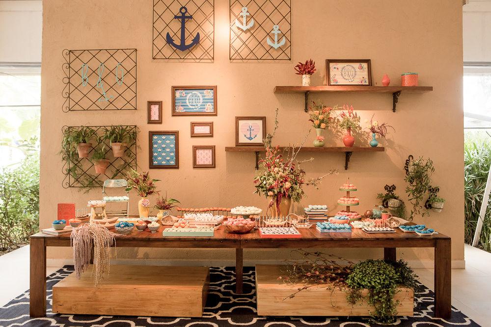 Mesa de doces encantadora e a com a cara dos noivos