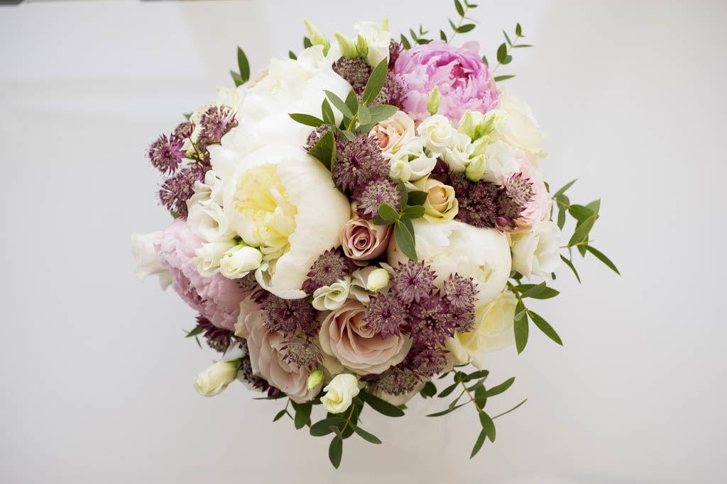 Bouquet de mariée blanc, rose et touche de prune