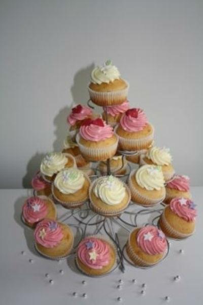 Beispiel: Hochzeitstorte aus Cupcakes, Foto: Annabella Bognar.