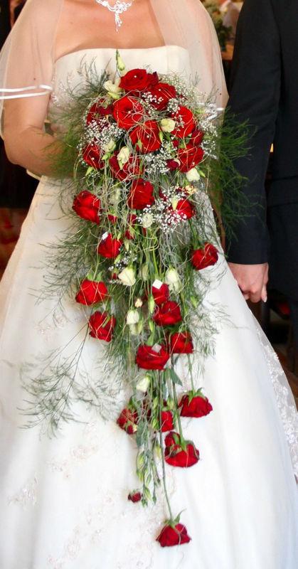 Beispiel: Brautstrauß mit roten Rosen, Foto: Blumenelfen Griessmaier.