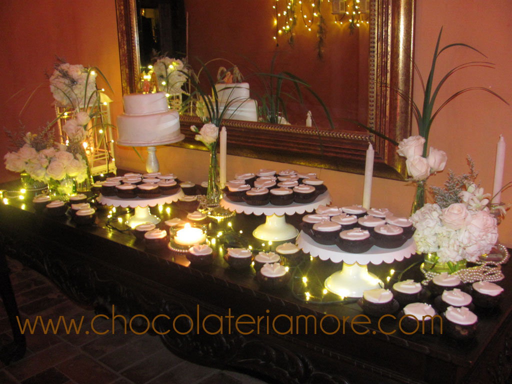 hermosa mesa con bizcochitos de novia y toppers en chocolate