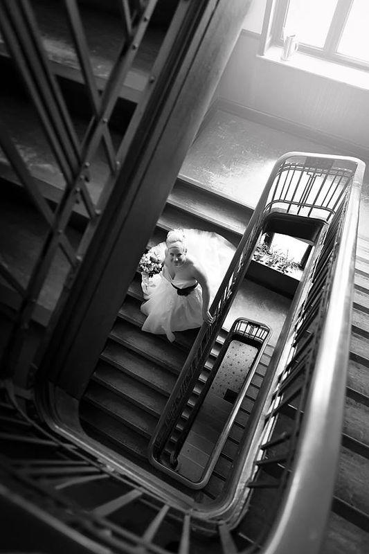 Momentaufnahme der Braut auf dem Weg zur Trauung.