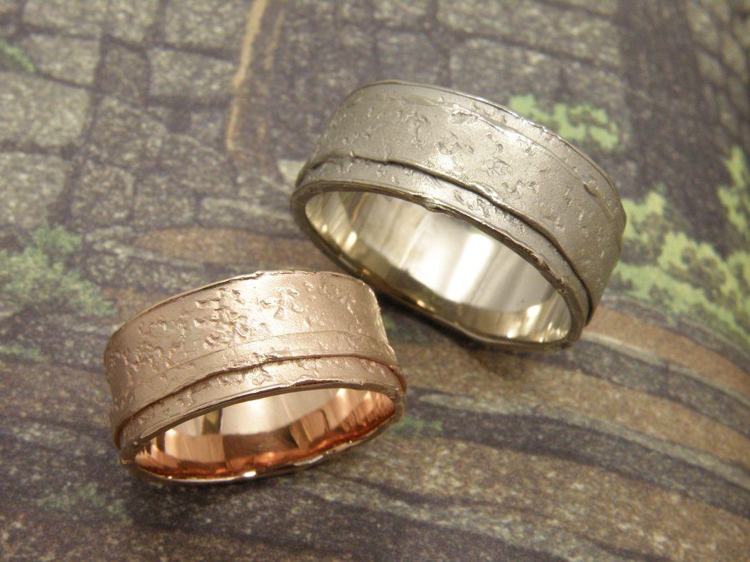 * roodgouden brede wasstructuur ring met een opliggend randje  * witgouden brede wasstructuur ring met brede opliggende rand  * trouwringen uit het Oogst atelier