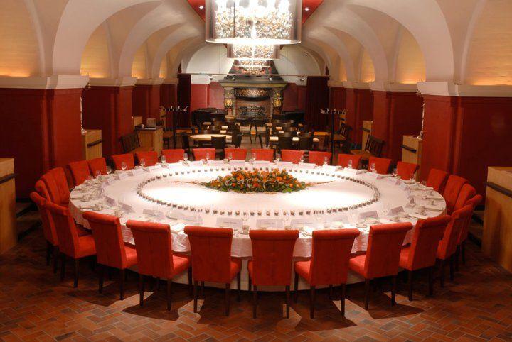 Beispiel: Runde Tafel im Grundsteinkeller, Foto: Parlament.