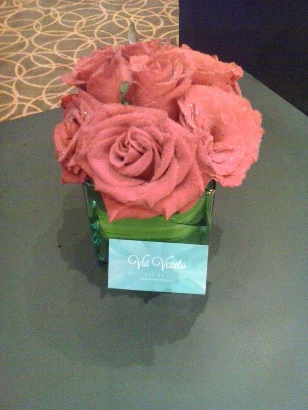 base de cristal con rosas