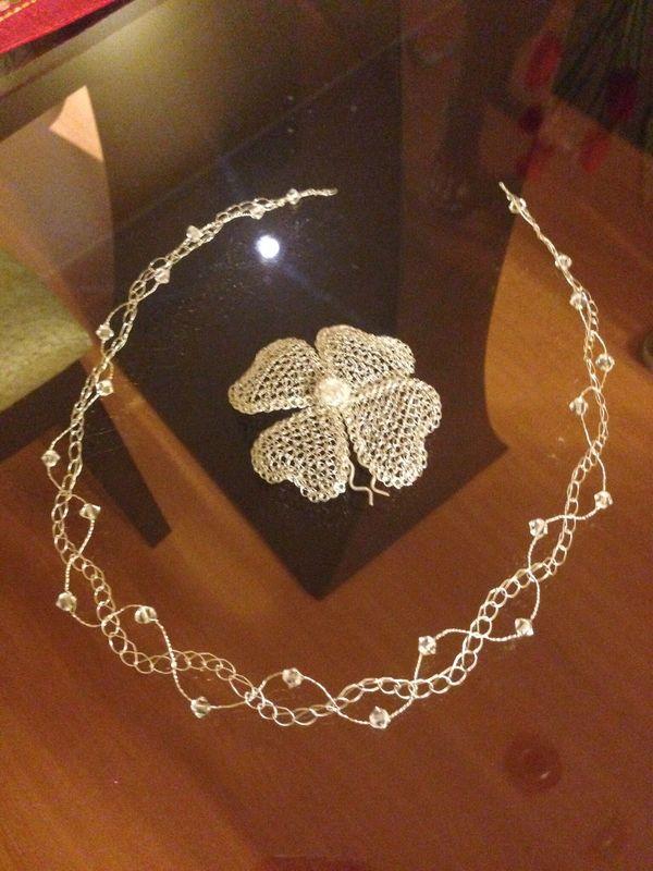 Diadema y flor de hilo de plata con incrustaciones de cristales swarovsky.