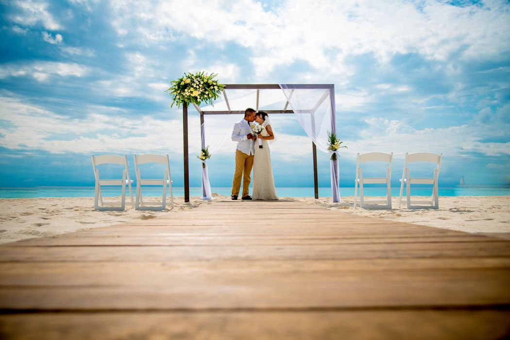 Bodas en Cancún #mobiliarioparaeventos, #bodasenlaplaya #beachweddings #centrosdemesa #centerpieces #bodasencancun #partyboutiquecancun #udwfinefurniturerental #prettyflowerscancun