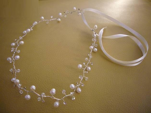 Medio cintillo tejido en metal plateado y decorado con pedrería cristal y perlas y cinta de seda