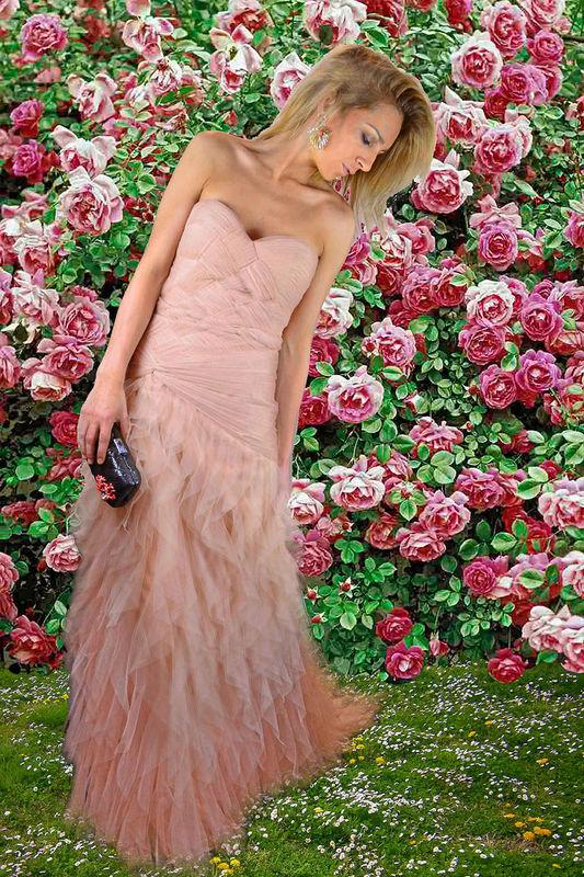 Vestido largo de inspiración romántica en color nude.