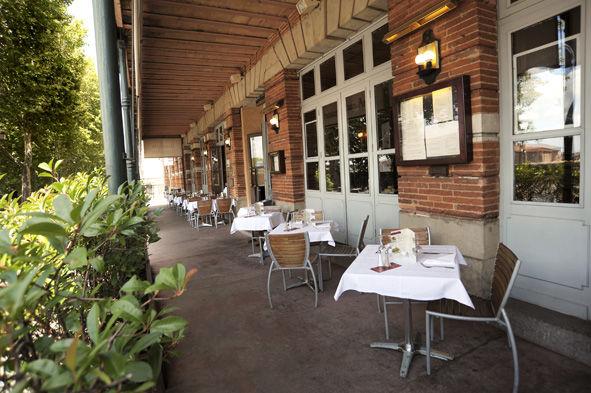 Surplombant la Garonne, la brasserie Flo Les Beaux-Arts, à Toulouse propose le meilleur de la cuisine du Sud Ouest dans un décor mêlant Art Déco et Belle Epoque.