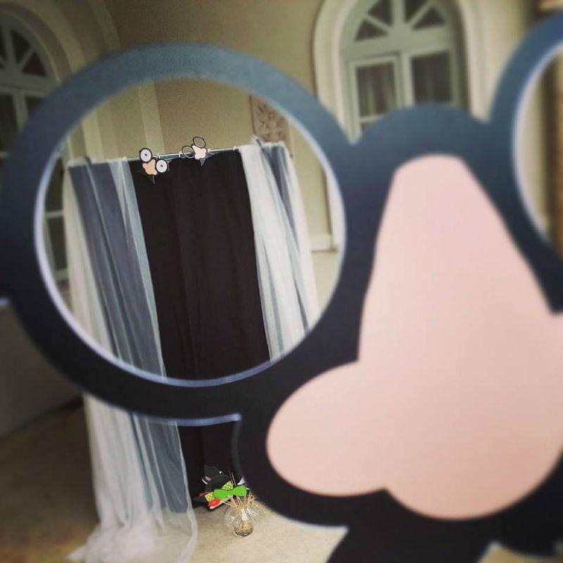 Photobooth di Alessandro Zingone - Reporter di matrimonio: servizi fotografici e cabina photobooth. La cabina pronta a fare il suo lavoro a villa Miani a Roma.