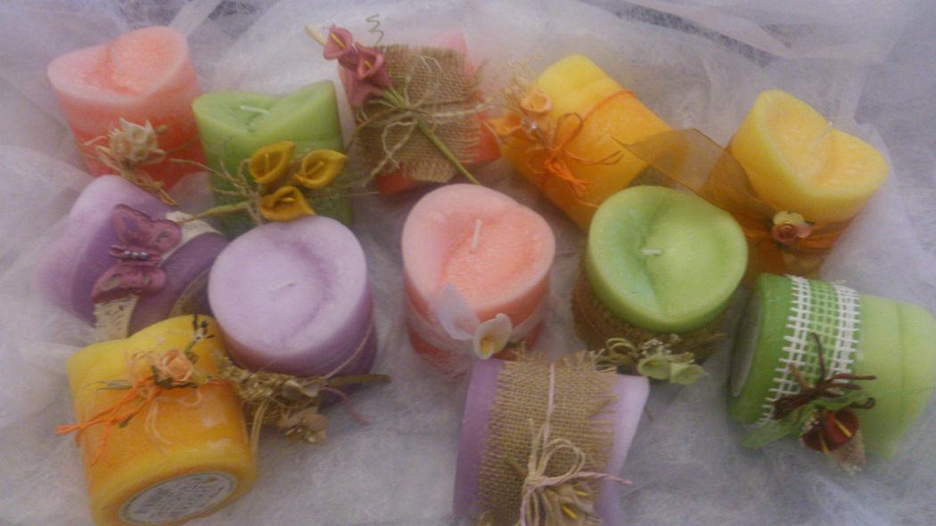 Velas aromaticas, decoradas al gusto personal de los novios.