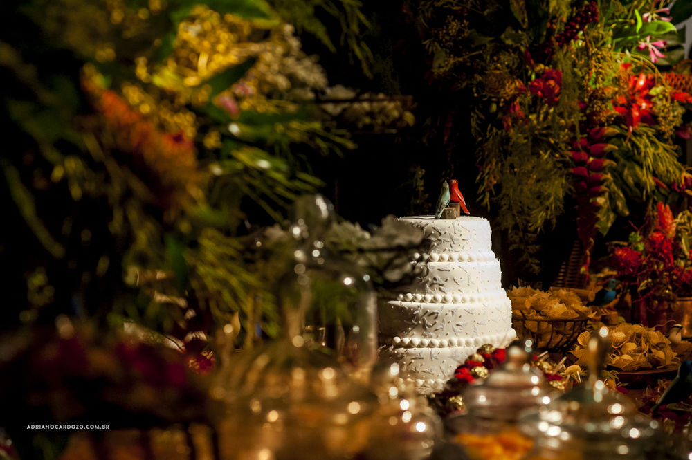 O bolo no meio do jardim tropical da mesa de doces