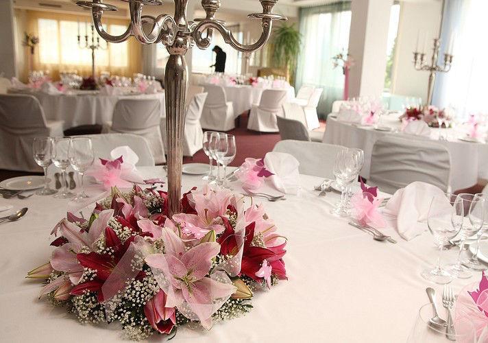 Beispiel: Dekoration Ihrer Hochzeitslocation, Foto: Edelkraut Event-Floristik.