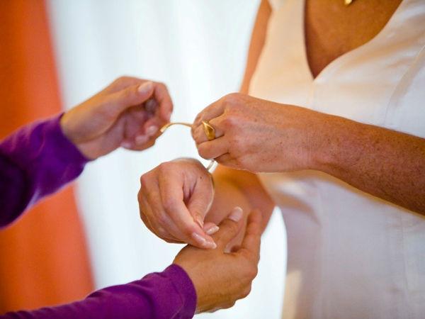 Beispiel: Kleine Handgriffe am großen Tag, Foto: Wedding and Dreams.