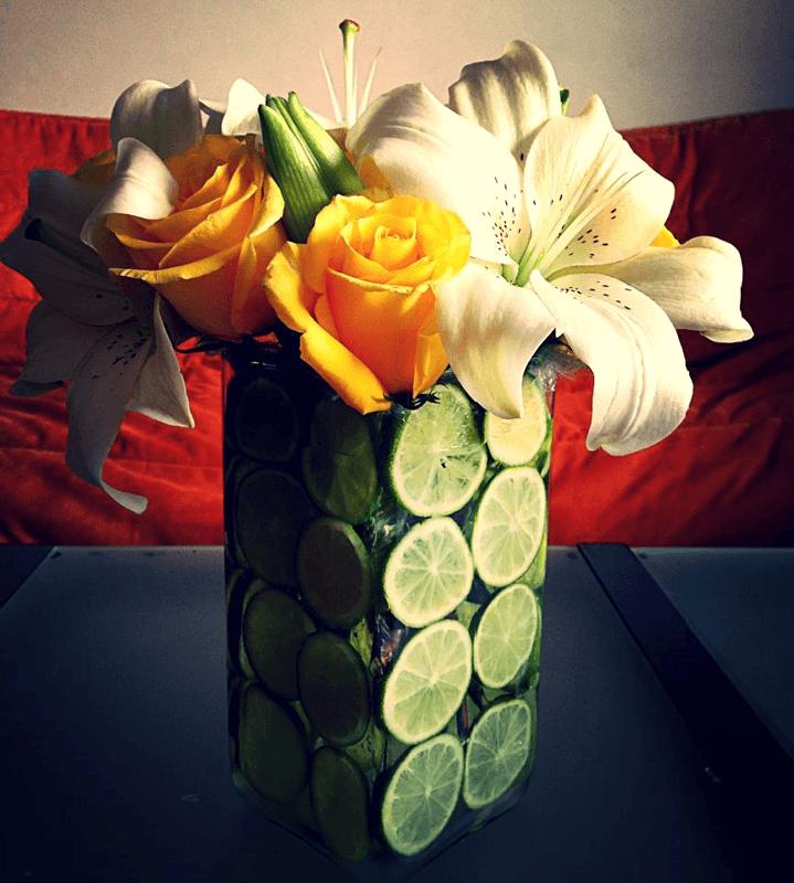 centro de limones con rosas y lilis