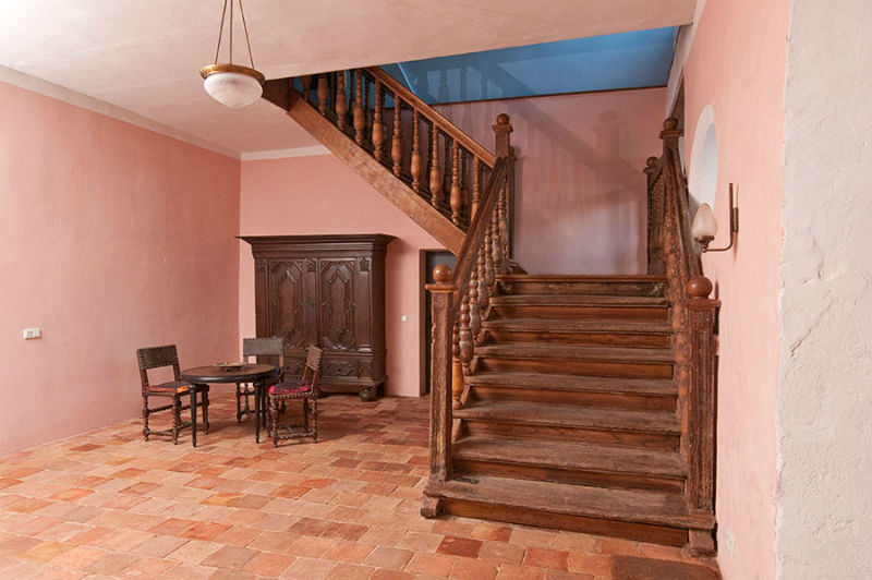 Beispiel: Haupteingang mit historischer Treppe, Foto: Schloss Schmarsow.