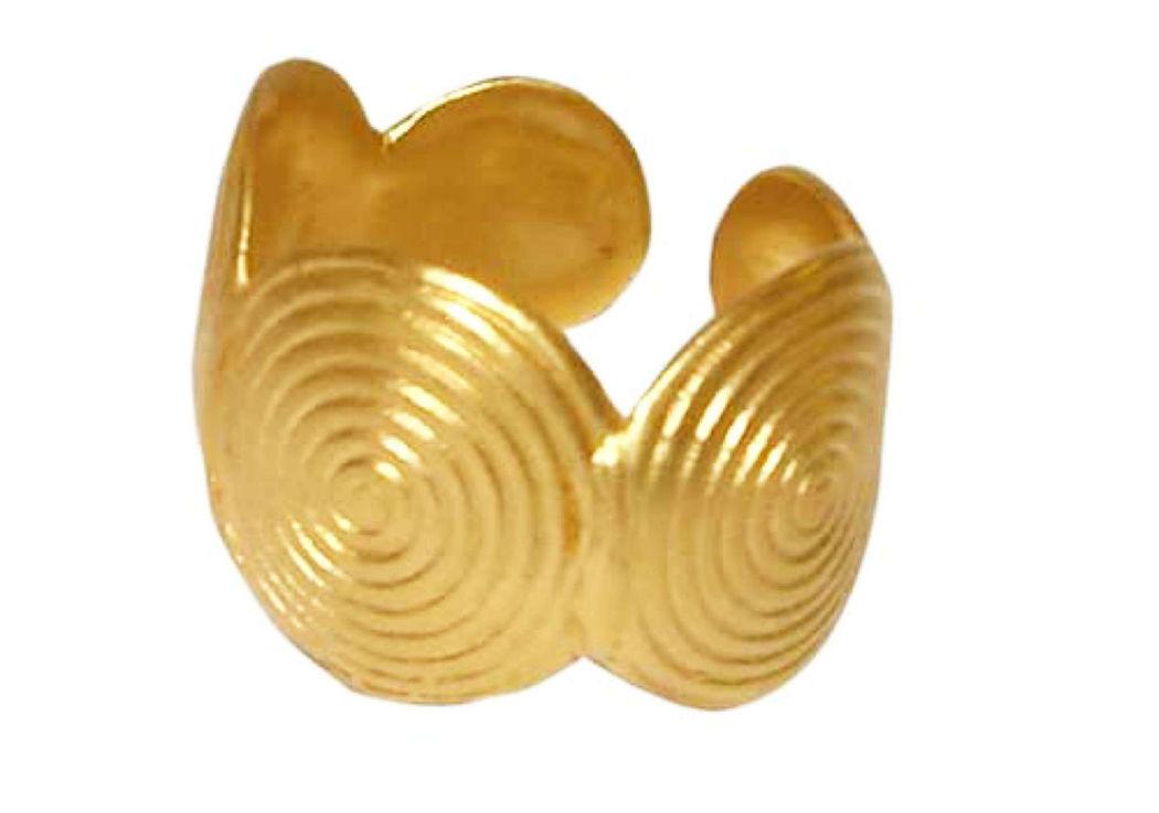 Beispiel: Trauring in Gold mit Spiralmuster, Foto: Casa Amberes.