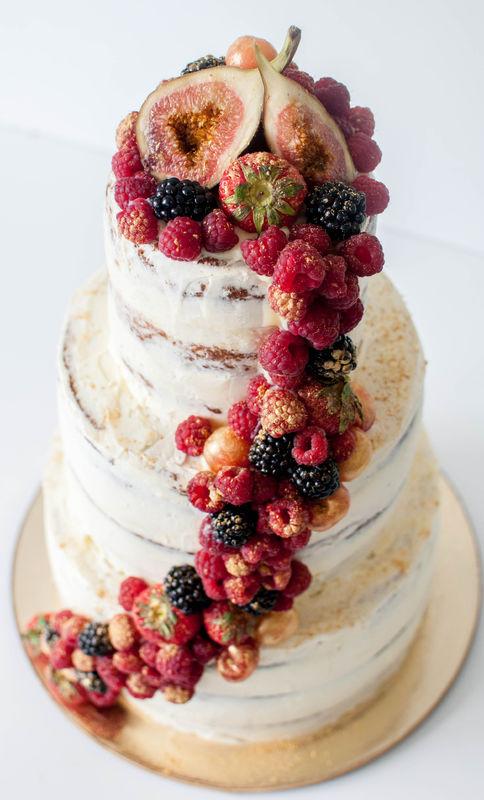 Свадебный торт с волной из красных ягод